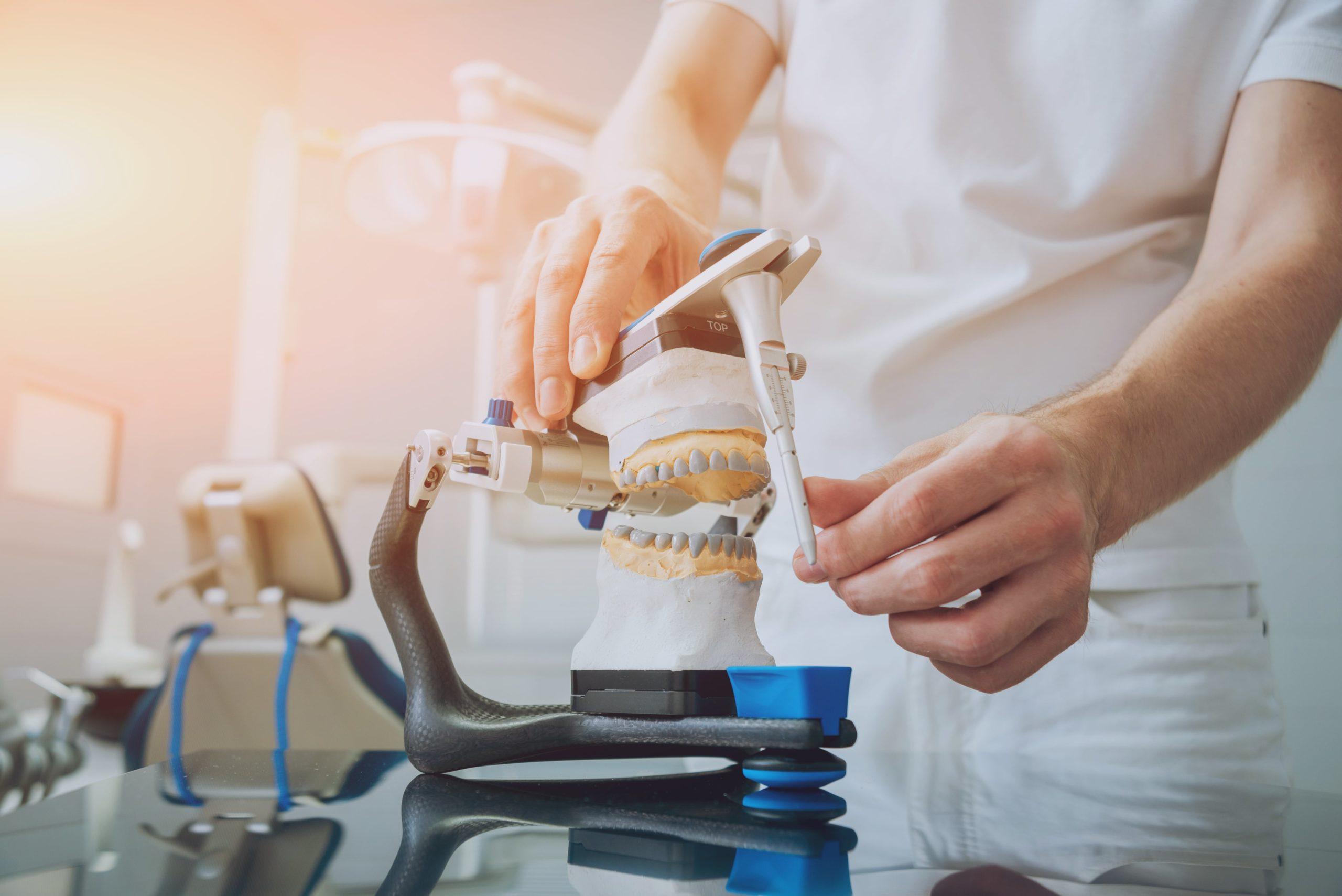 Ein Zahntechniker von Labor Torsello testet den Zahn den er erstellt hat